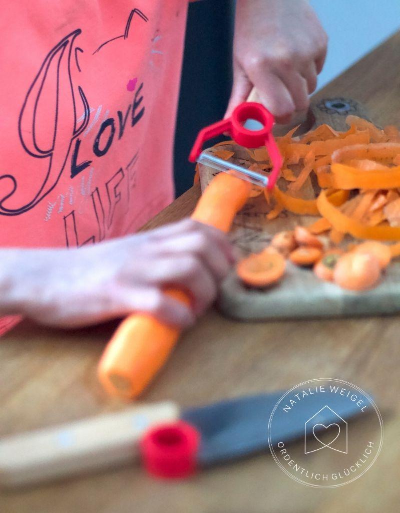Kinder helfen in der Küche